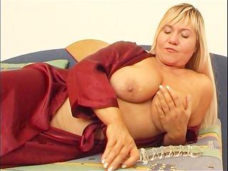 overweight mamma masturbates with dildo