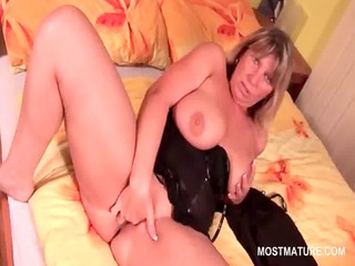 mature lady working her cunt for an intensive