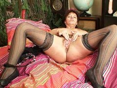 mature dilettante mama squeezing her pussy muscles